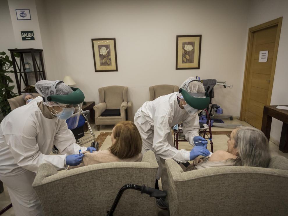 Los sanitarios suministran la primera dosis de las vacunas en la residencia Ballesol Puerta del Carmen.