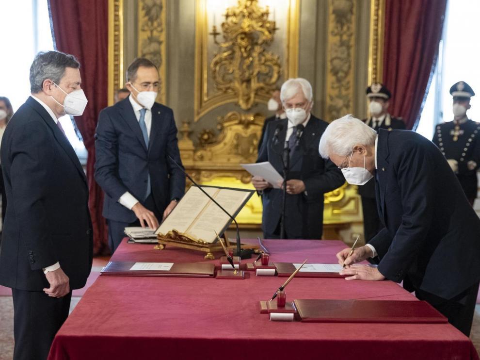 Mario Draghi junto a Sergio Mattarella, este sábado en el palacio Quirinale en Roma.