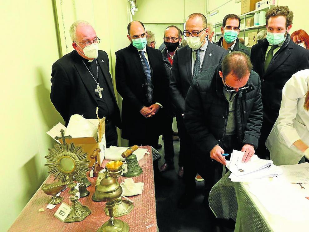 El obispo Ángel Pérez, el consejero Felipe Faci y los alcaldes de Barbastro (Fernando Torres), Tamarite (Francisco Mateo) y Monzón (Isaac Claver), recibiendo ayer las obras.