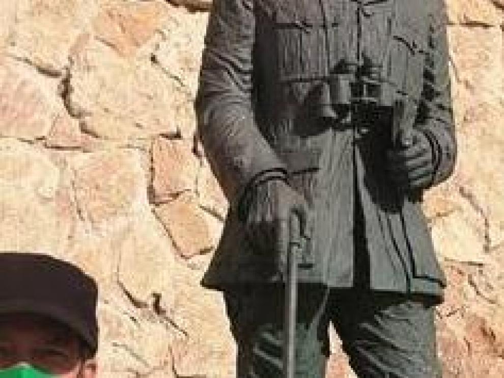 Representantes de Podemos ante la estatua de Franco en Melilla.