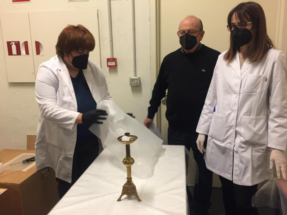 Una de las primera piezas desembaladas: un candelabro de Bafaluy