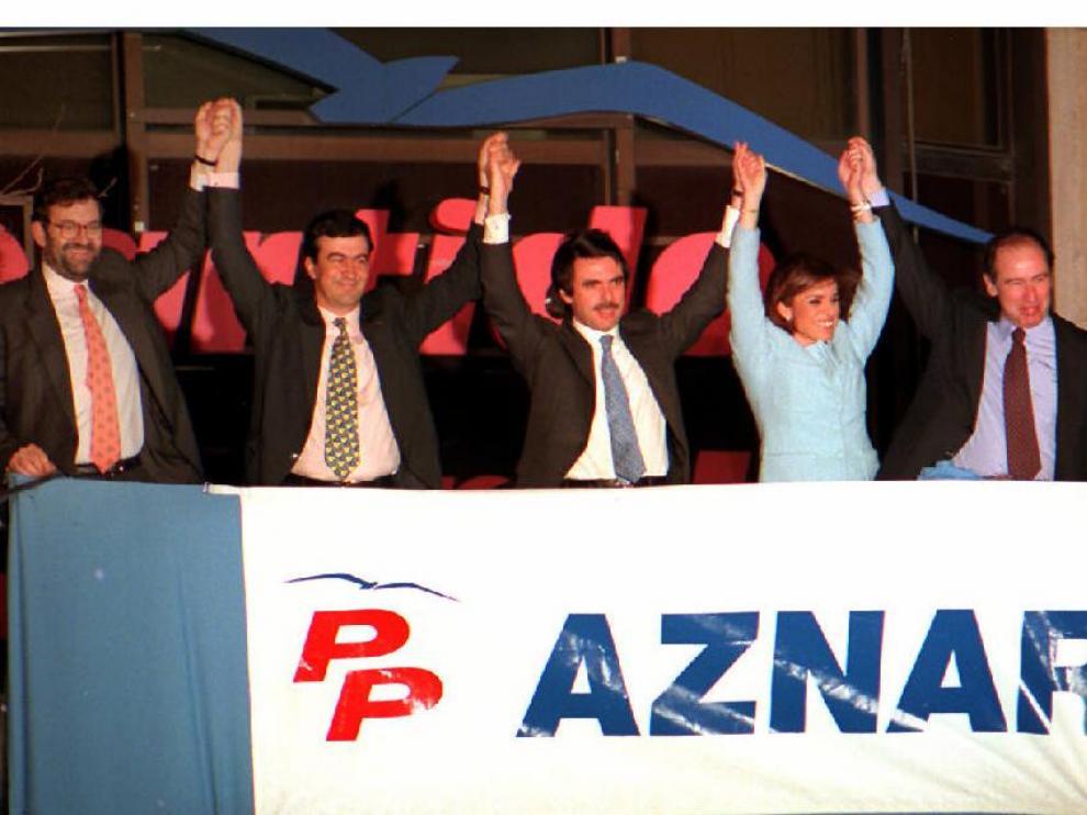 José María Aznar y su mujer, Ana Botella, saludan a los simpatizantes del PP tras su victoria en las generales del 3 de marzo de 1996.