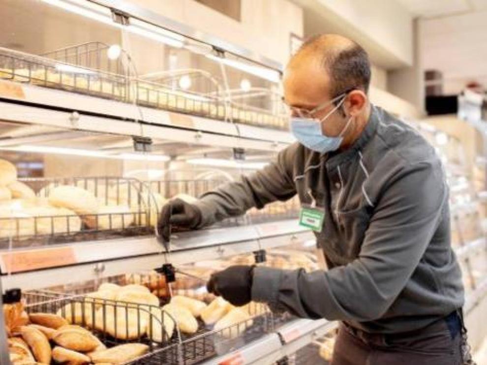 Un empleado de Mercadona, en un supermercado.