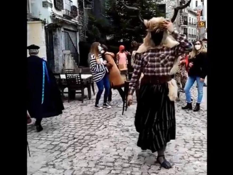 Una imagen del vídeo de la celebración en la plaza de Bielsa.