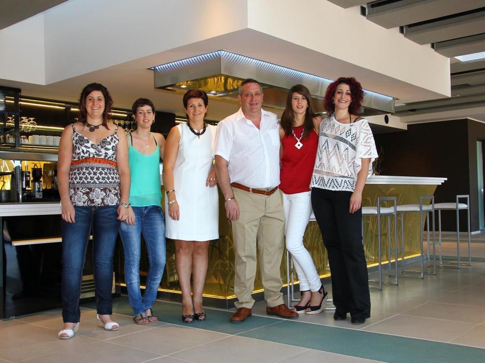 La familia Balfagón al completo, con María Ángeles y Mariano rodeados de sus cuatro hijas.