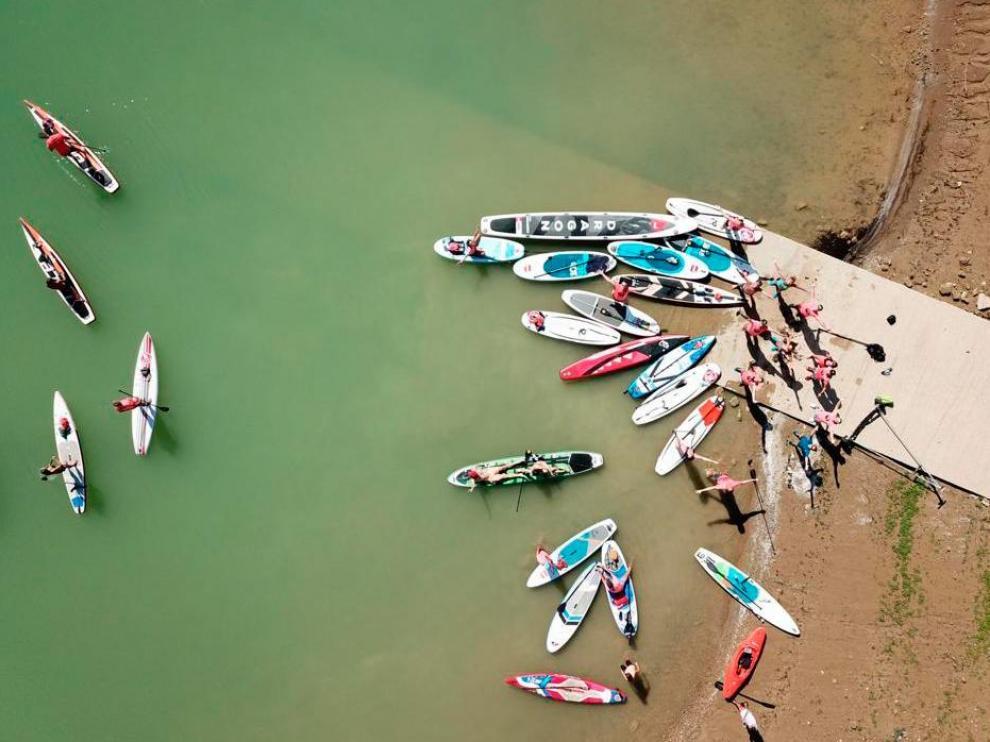 Concentración de paddle surf en el río Ebro a su paso por Zaragoza.