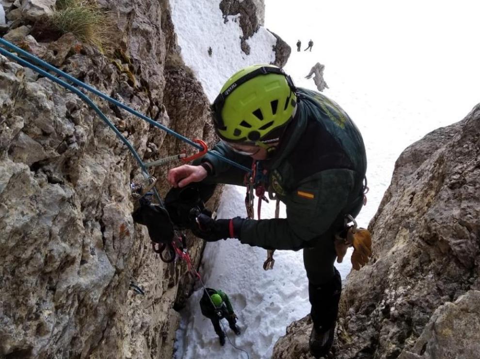 Agentes de montaña de la Guardia Civil en el rescate de un huevo de quebrantahuesos en la Comarca de la Jacetania.