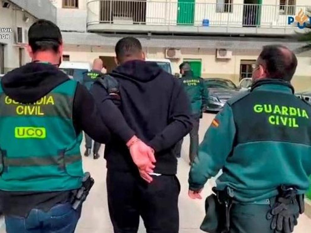 Agentes de la Guardia Civil llevan apresado al fugitivo holandés.