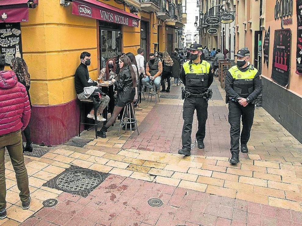 Una patrulla de la Policía Local, este sábado, en las calles del Tubo de Zaragoza
