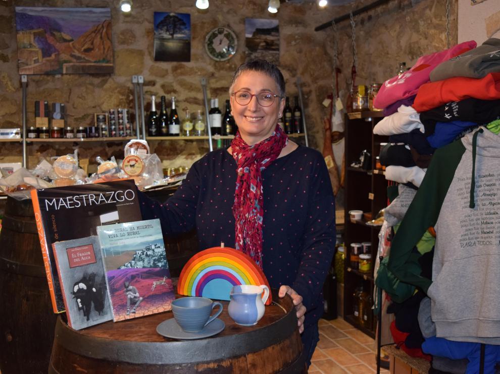 Pilar Sangüesa, en su tienda La Bodega, en Castellote.