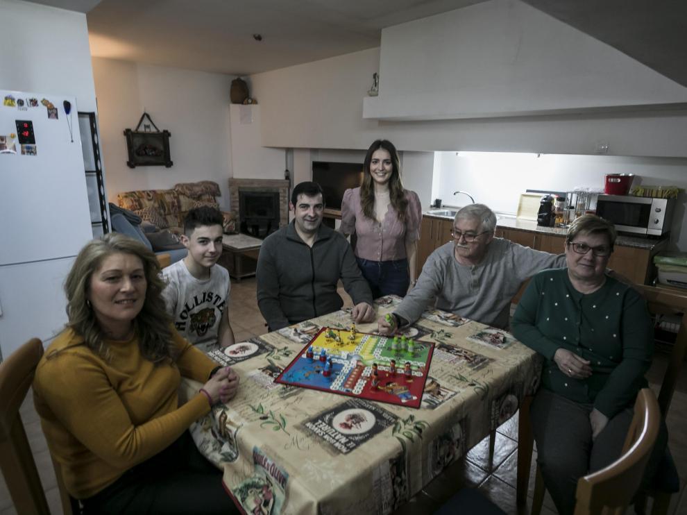 La familia Díaz Palacián se refugió en la mesa de su bodega, en torno a juegos de mesa,para pasar el confinamiento.