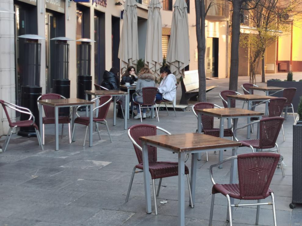 Los hosteleros de Jaca esperan volver a llenar las terrazas, ayer semivacías, con el desconfinamiento
