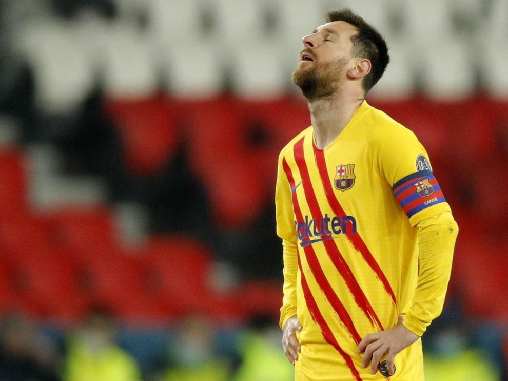 Messi se lamenta en el partido de vuelta de los octavos de final entre el Paris Saint Germain y el FC Barcelona
