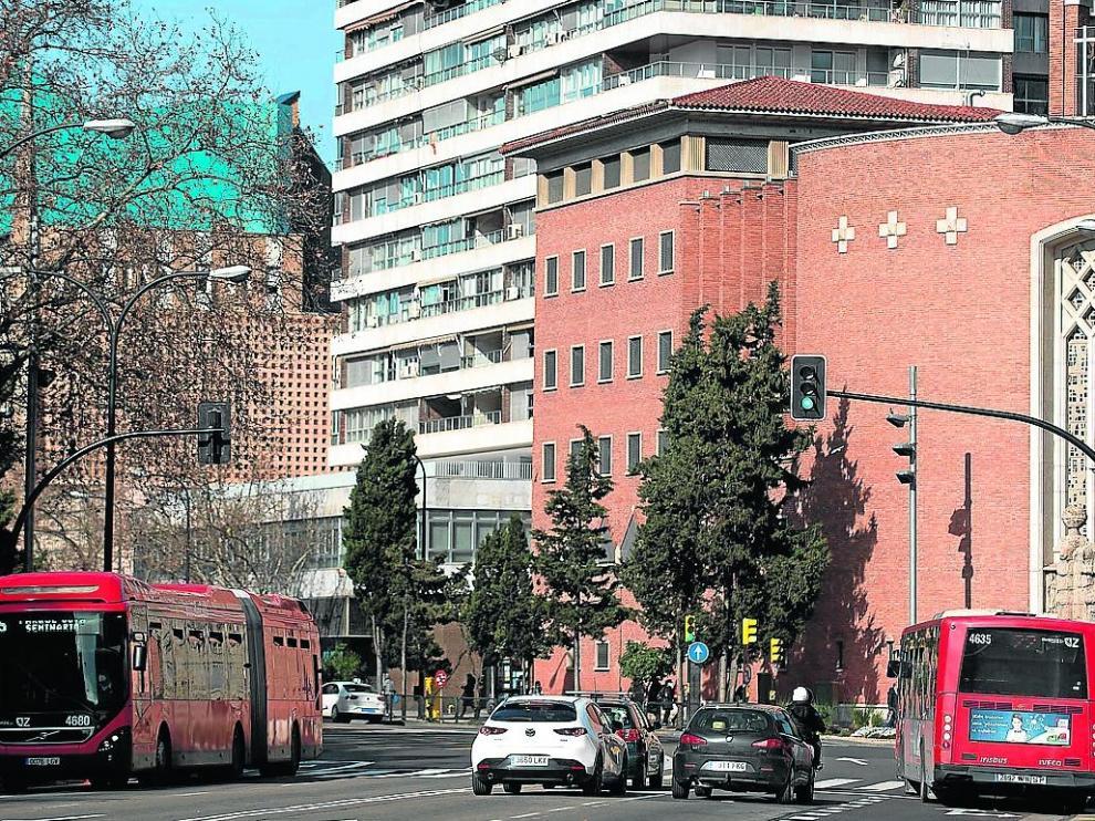 Varios coches y autobuses circulan por el paseo de Pamplona, junto a la Puerta del Carmen.