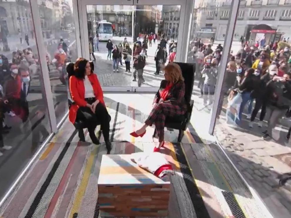 Díez Ayuso con María Teresa Campos durante su entrevista.