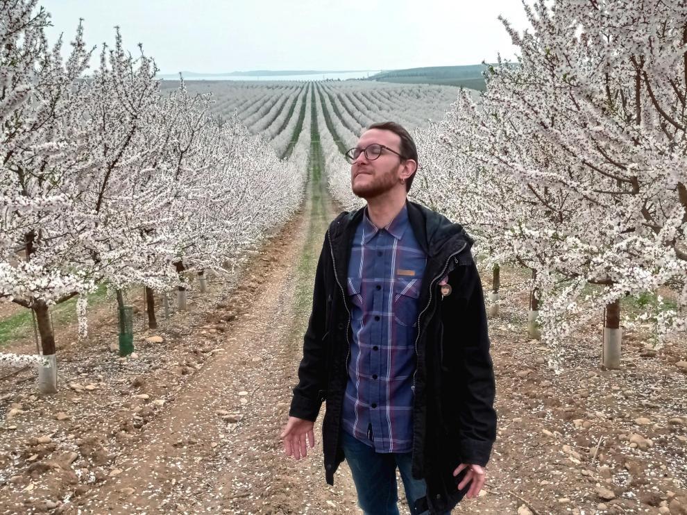 El escultor binefarense, en un campo de almendros en flor.