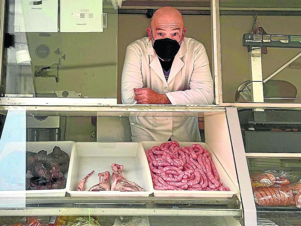 Juan Carlos Esteban, al frente de su carnicería ambulante, con base de operaciones en Blancas