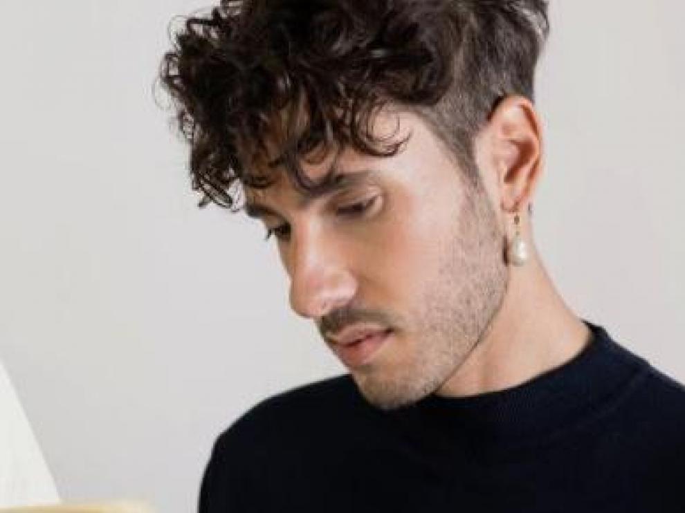 El poeta Ángelo Nestore, con un pendiente de Alhaja.