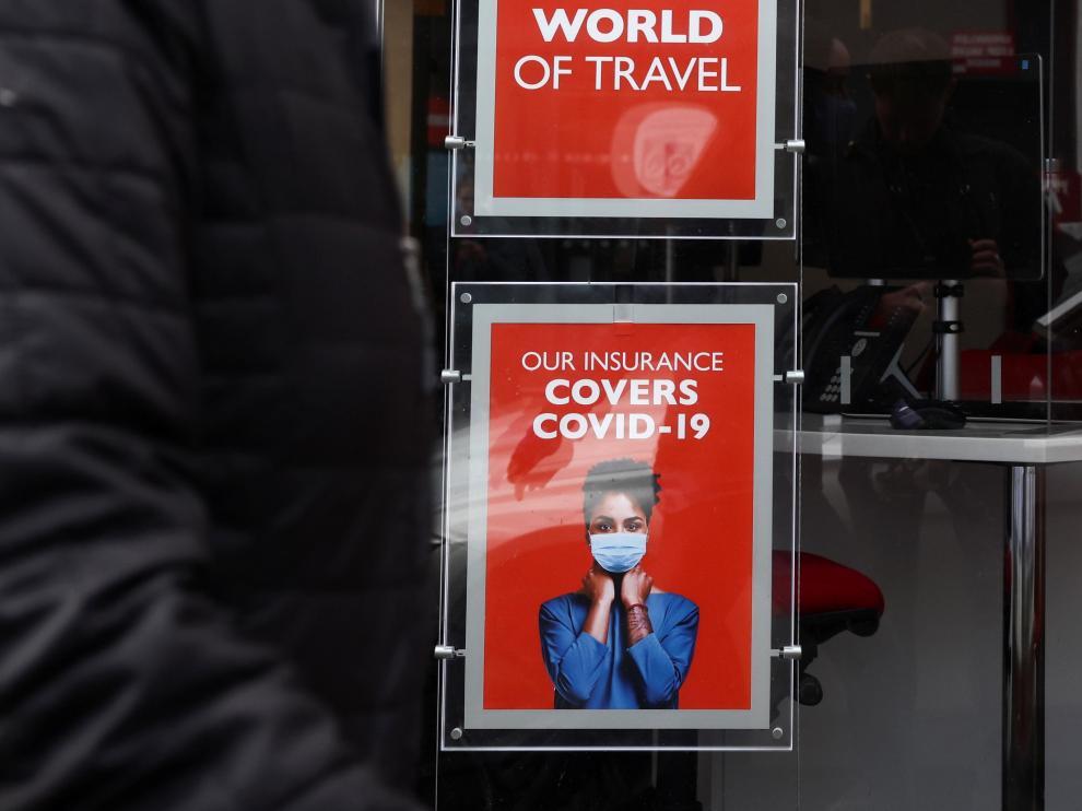 Una mujer con mascarilla en Londres.