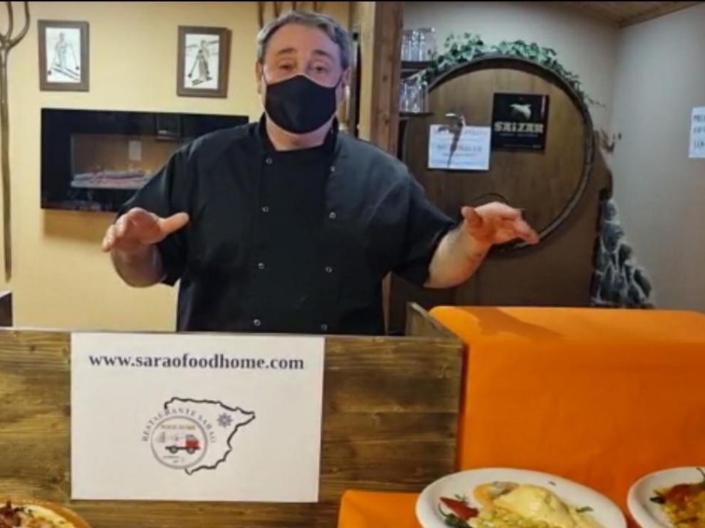 Ángel Lamenca, propietario del asador-sidrería Sarao, en Escarrilla ha lanzado un vídeo en las redes explicando su nuevo servicio de comida a domicilio.