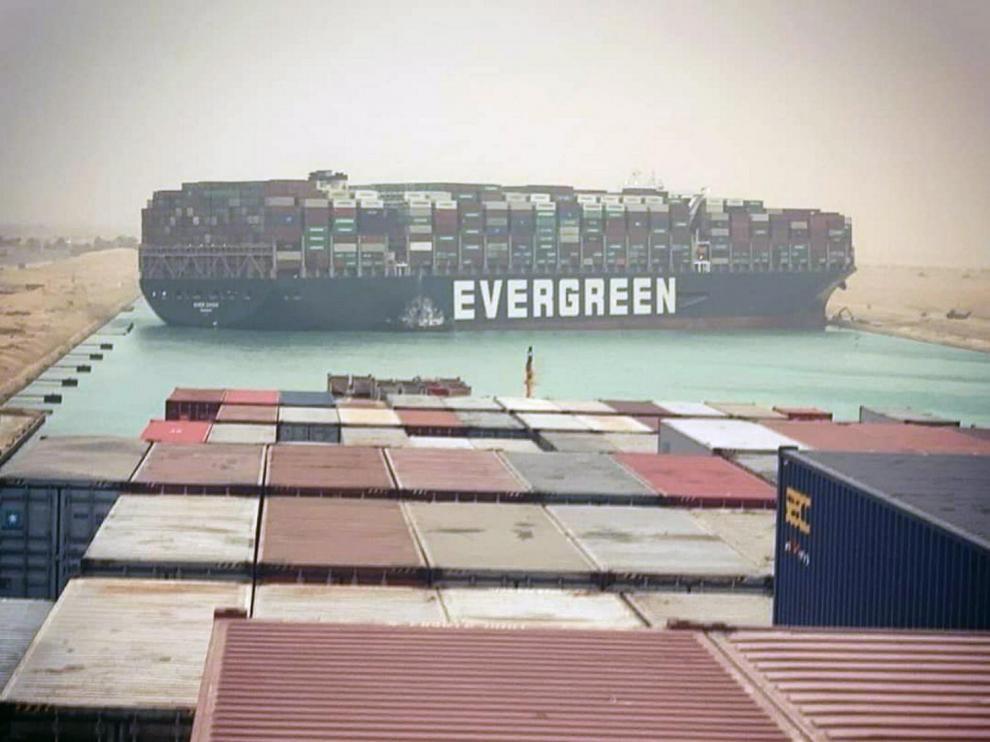 Carguero encallado en el Canal de Suez