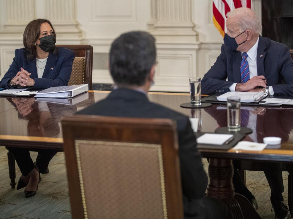 Joe Biden y Kamala Harris, durante una reunión con el secretario de Estado de Salud, Xavier Becerra.