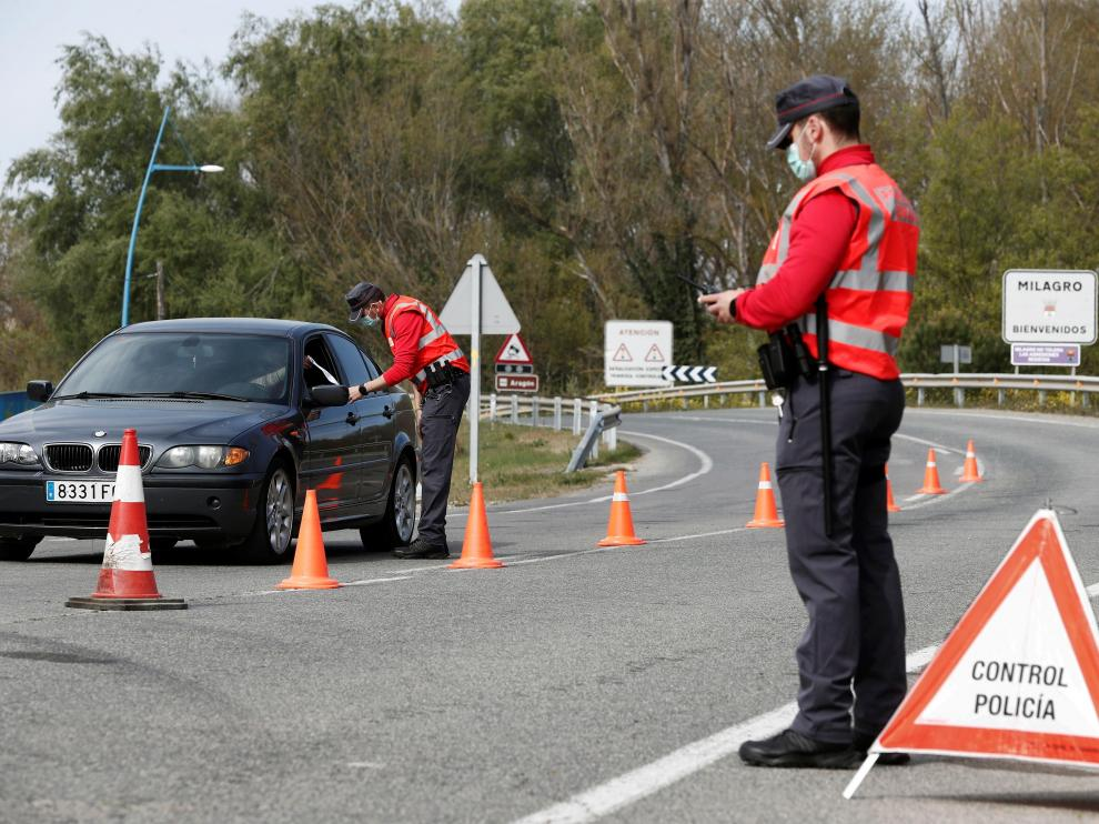 La Policía Local controla los accesos a Milagro, localidad navarra que tiene un cierre perimetral desde la semana pasada por el aumento de casos.