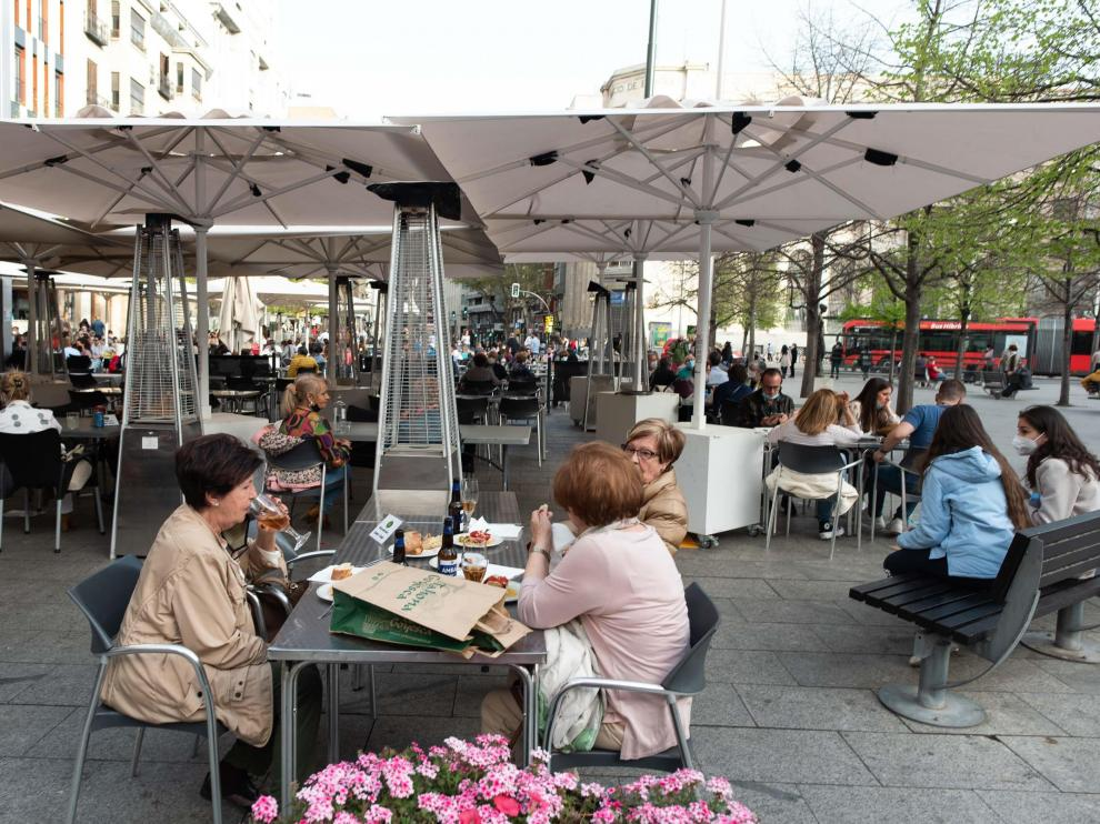 Las terrazas de la plaza de España, en el centro de Zaragoza, ayer