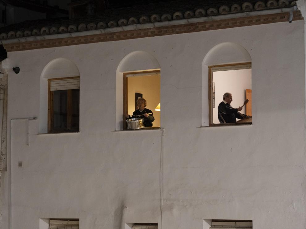 rompida de la hora desde los balcones en Hijar. foto Antonio garcia/Bykofoto. 09/04/20 [[[FOTOGRAFOS]]][[[HA ARCHIVO]]]
