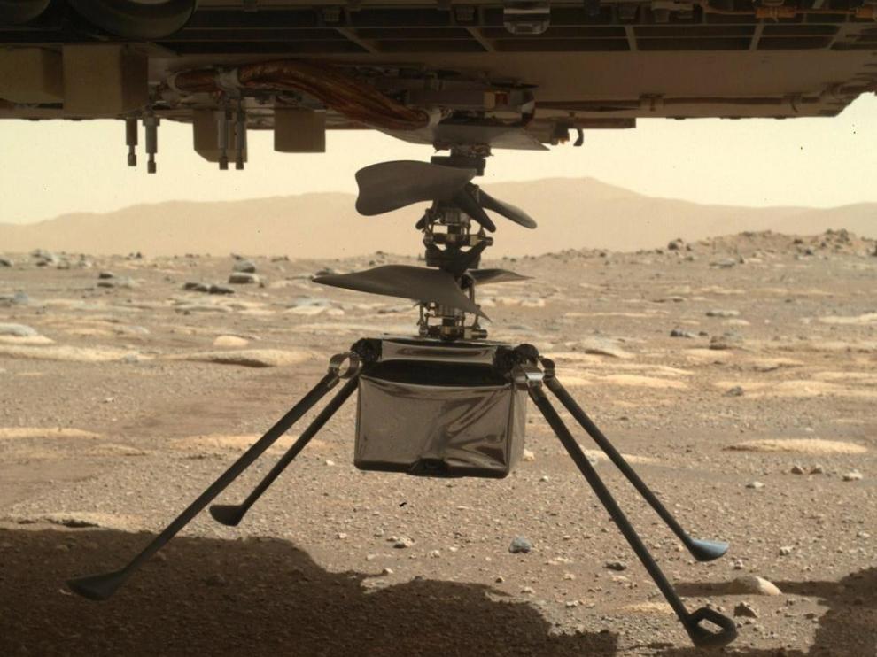 El Ingenuity, en el Perseverance, sobre la superficie de Marte