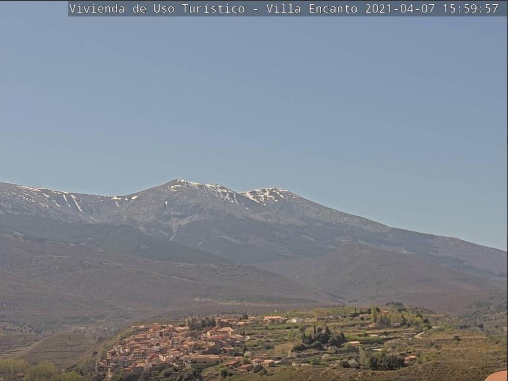 Vista del Moncayo y de Añón desde la nueva webcam instalada en la zona.