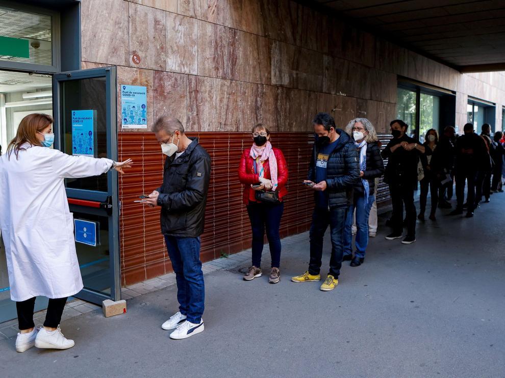 Colas en un centro de vacunación en Barcelona.
