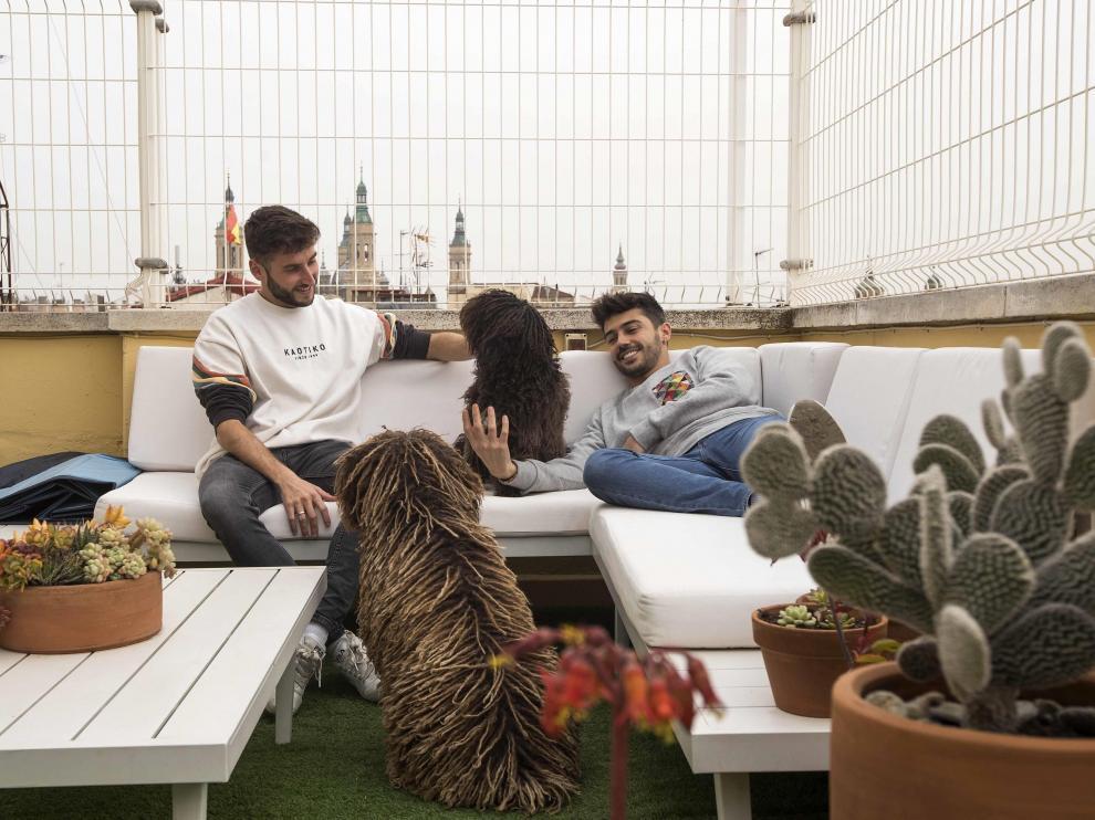 Ernesto García y Jacobo de Rentería, en la terraza de su casa, con sus perros.