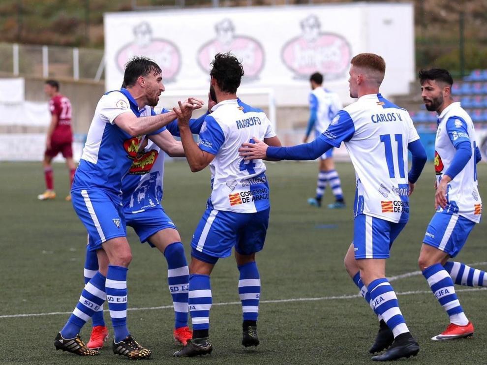 Los jugadores del Ejea celebran el gol de la igualada de Marrufo.
