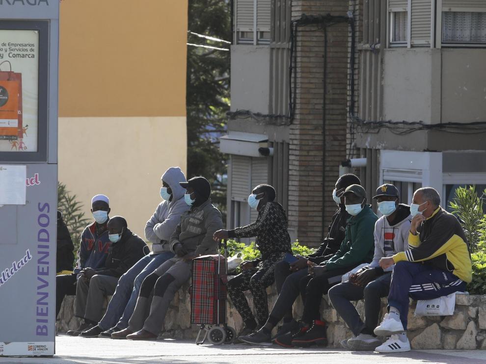 Muchos temporeros residen en Fraga todo el año y ahora están parados por la falta de trabajo en las fincas.