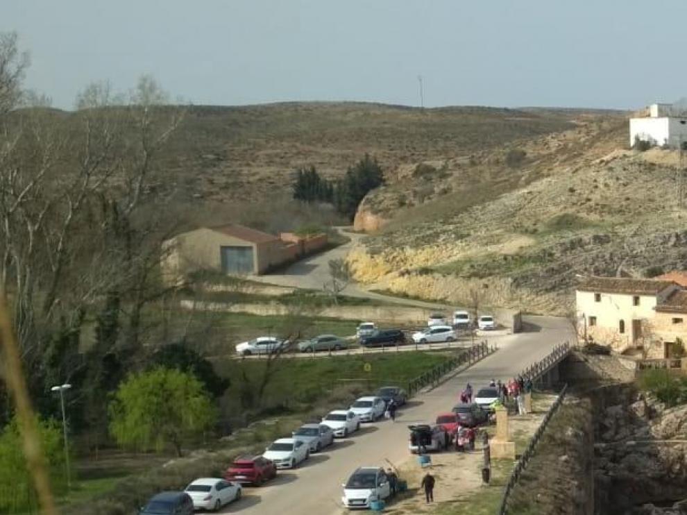 Coches aparcados en la carretera sobre la presa romana que es Bien de Interés Cultural (BIC)
