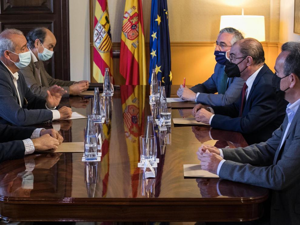 El presidente aragonés, Javier Lambán, ha recibido este lunes a los regantes del Jalón junto al consejero de Agricultura, Joaquín Olona, y el presidente de la DPZ, Juan Antonio Sánchez Quero.