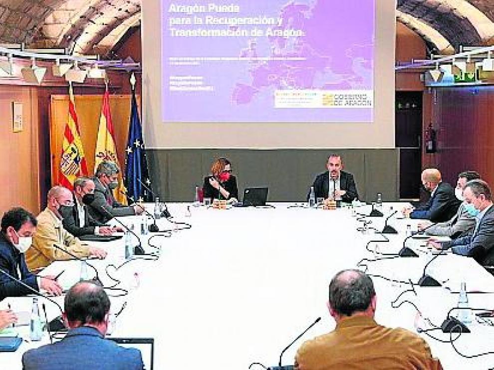 La consejera Mayte Pérez preside la reunión de la mesa de seguimiento, ayer.