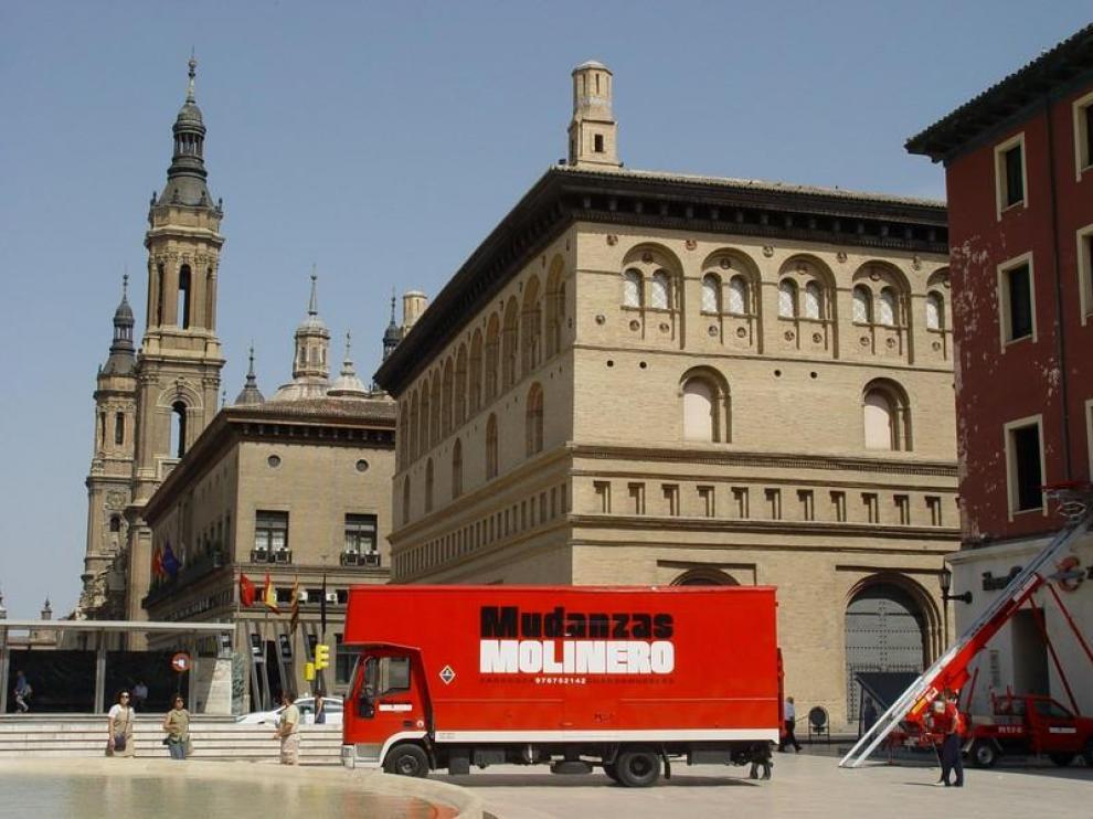 Mudanzas Molinero realizando un traslado en la plaza del Pilar de Zaragoza.