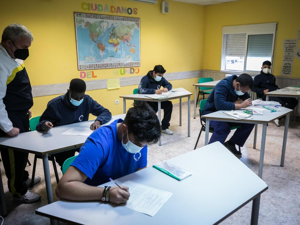 Un grupo de jóvenes alumnos en la Escuela de Segunda Oportunidad de Casetas (Zaragoza), gestionada por la Asociación Telca.