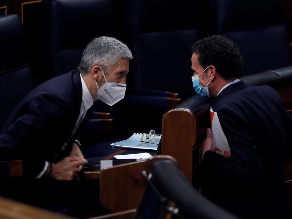 Marlasca habla con Edmundo Bal, durante el pleno del Congreso de este jueves.