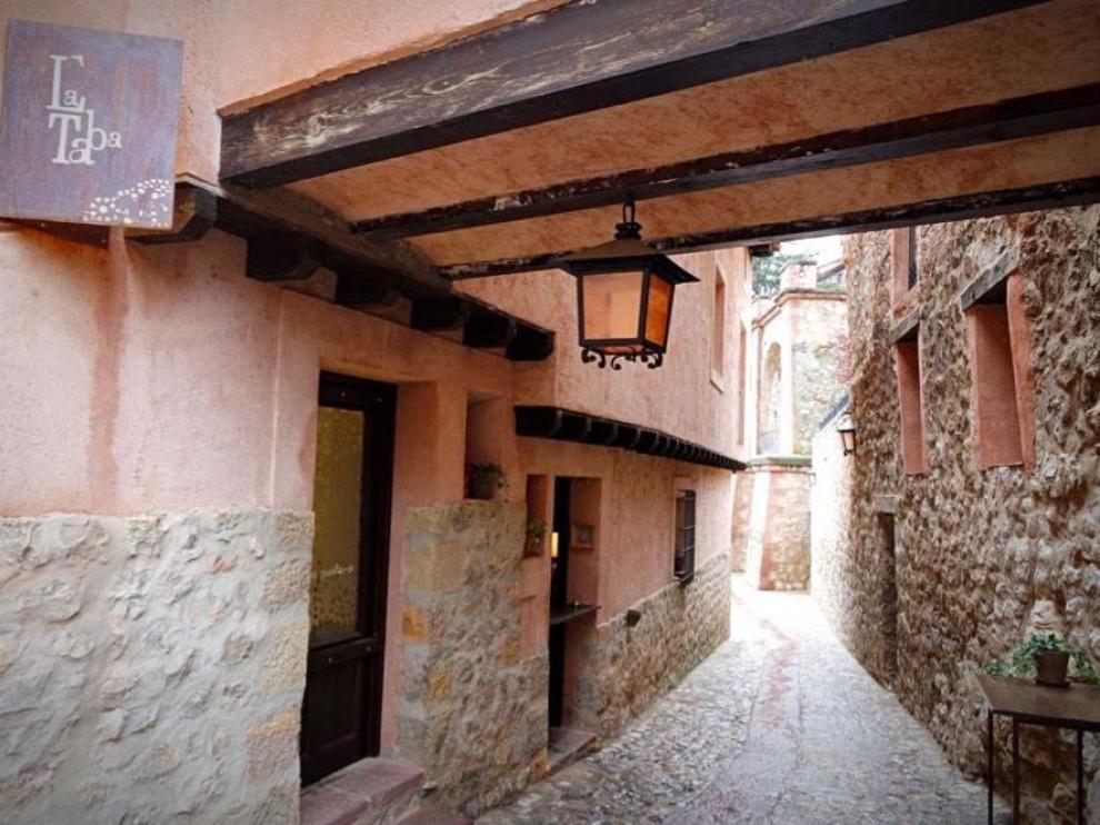 El restaurante La Taba está en la travesía de la Catedral de Albarracín.