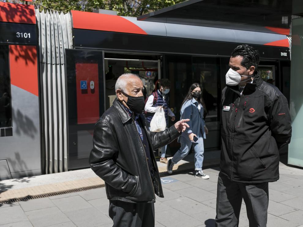 Arturo Tutor y Fernando Banzo, hace unos días, en la parada de la plaza de San Francisco.