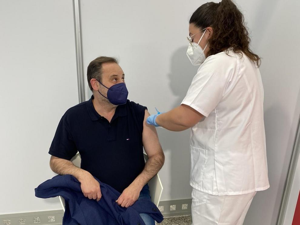El ministro Ábalos recibe la vacuna, este lunes 19 de abril.
