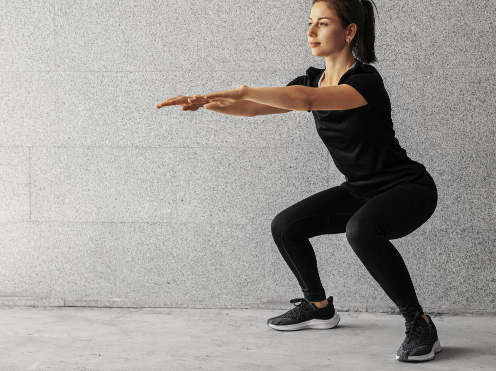 Entre los ejercicios de este tipo, destacan las sentadillas, de las cuales existen diversas modalidades.
