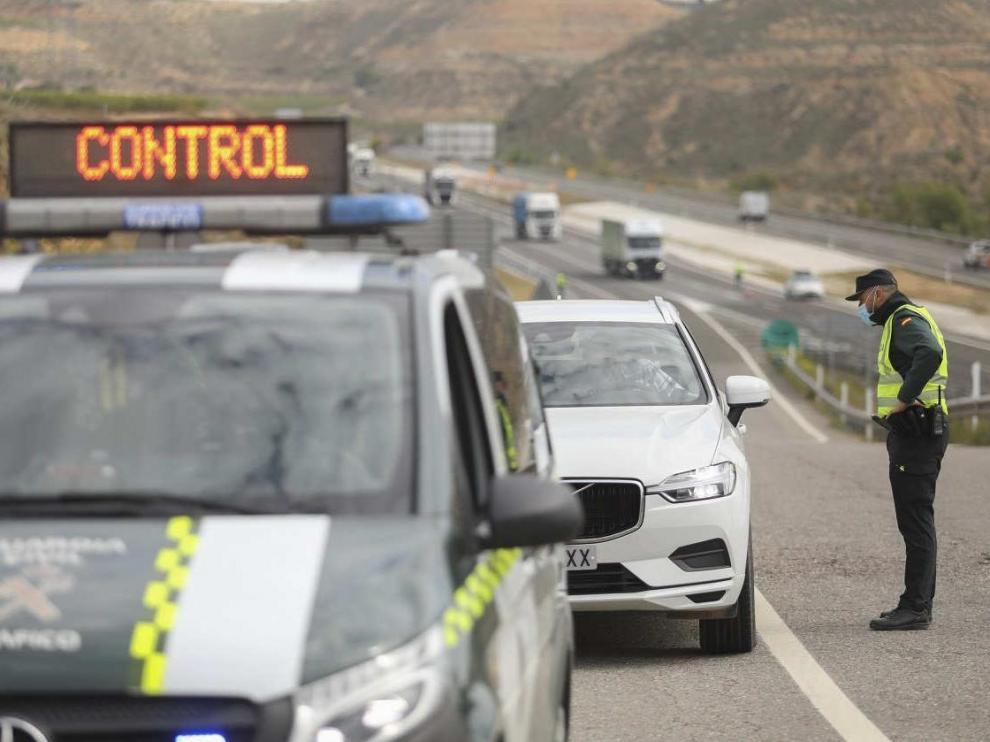 Control de la Guardia Civil en la E-2 por el confinamiento de Fraga