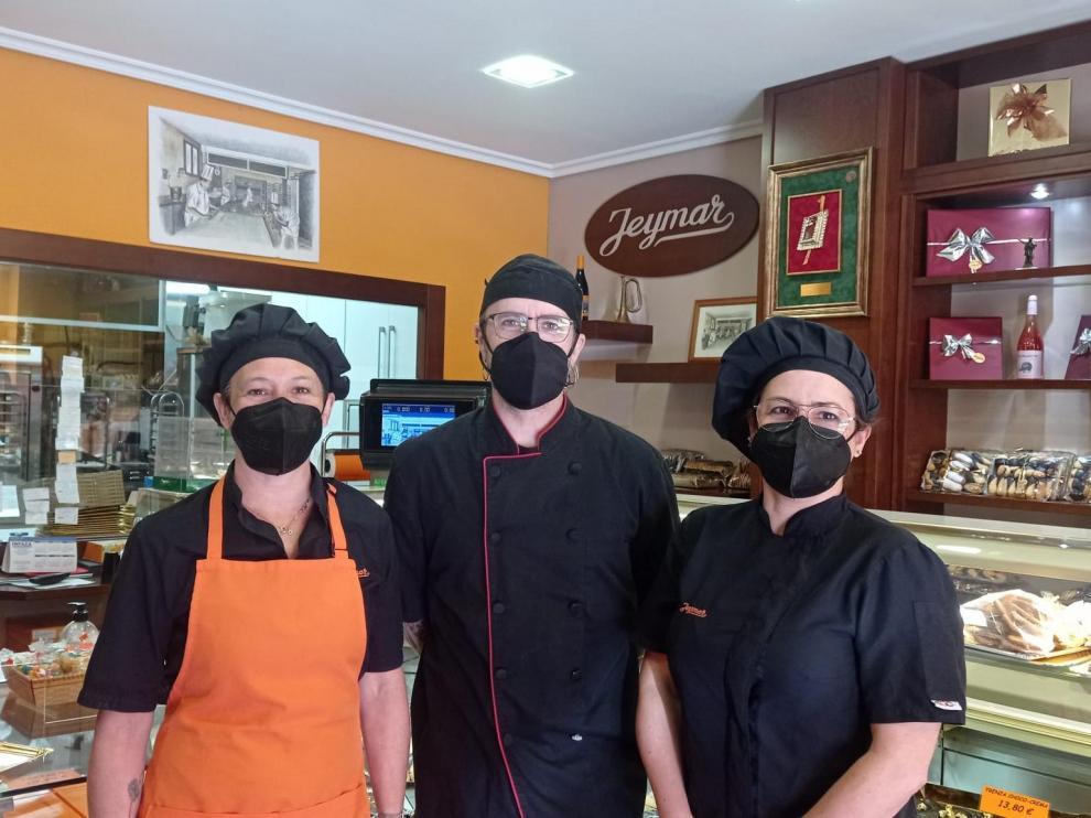 Los hermanos Val en la pastelería Jeymar de Borja, abierta en 1986 por su padre.
