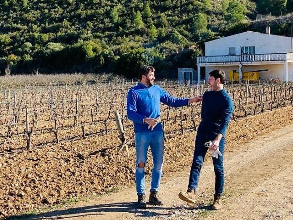 Bernabé Taberner y Jordi Satué, impulsores del proyecto, en las viñas de Nonaspe.
