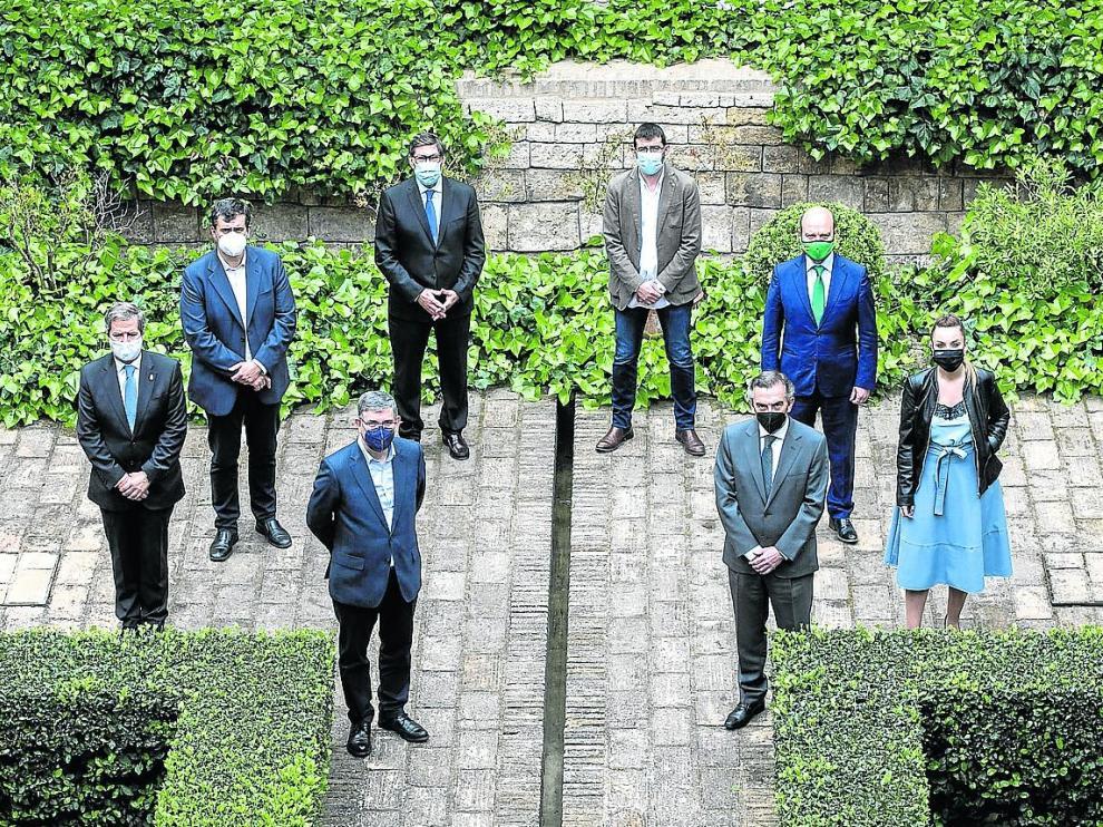De izquierda a derecha, Pérez Calvo, Palacín, Guillén, Aliaga, Sanz, Beamonte, Morón y Díaz, en el Palacio de la Aljafería