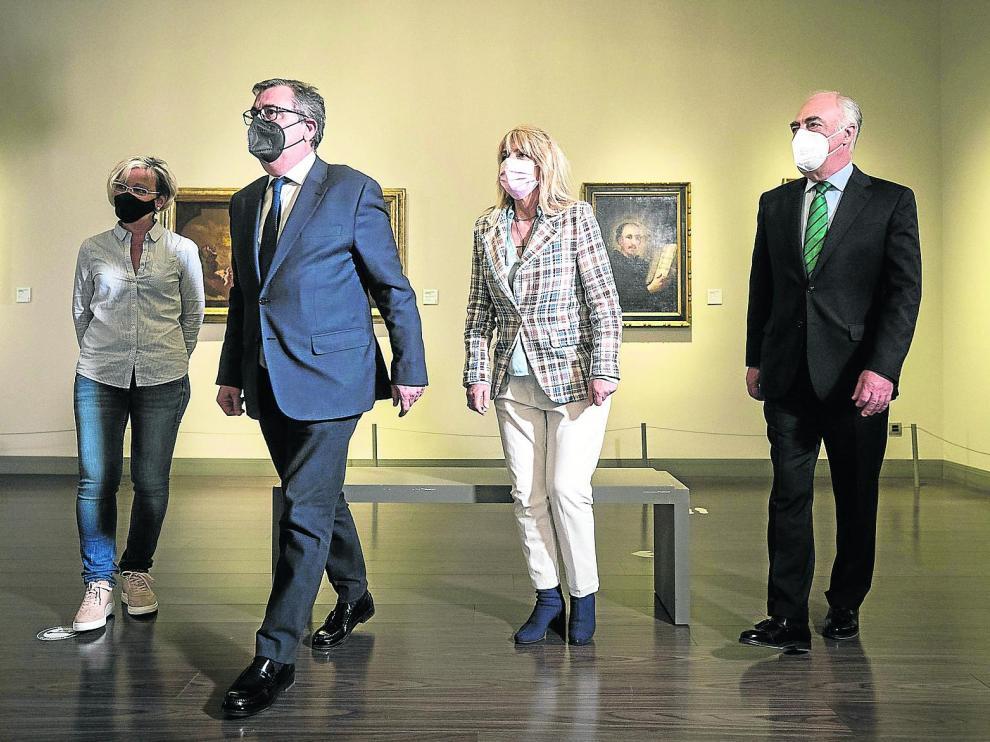Los participantes en el foro social, momentos antes de iniciar el debate, en el Museo Goya de Zaragoza.